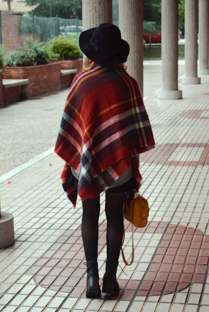 Look original con una bufanda capa