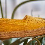 Alpargatas boho de color amarillo bordadas y con plataforma de esparto
