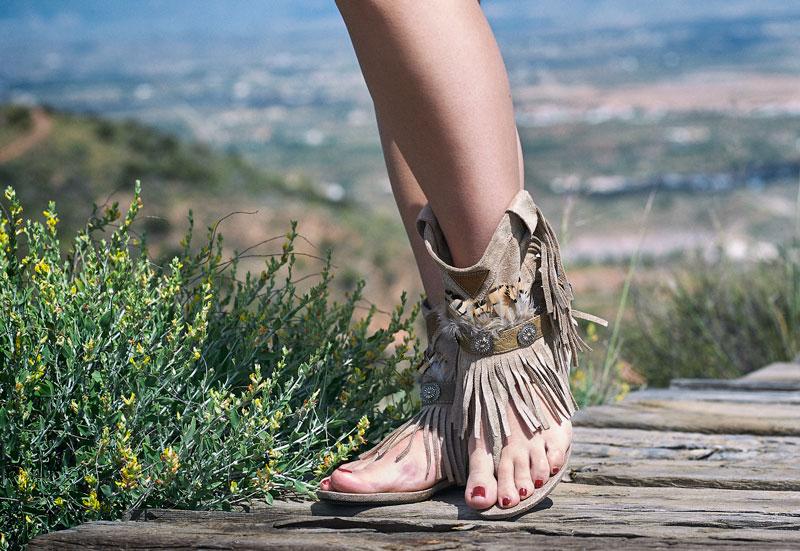 Sandalias boho con flecos y plumas