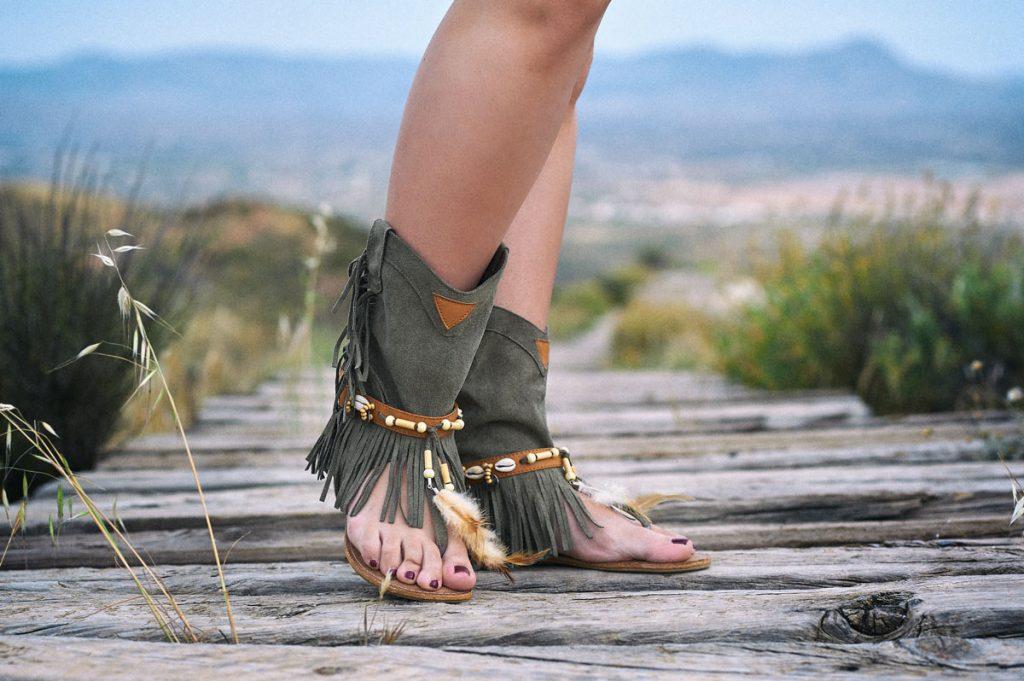 Sandalias boho chic verdes para mujer con flecos y plumas