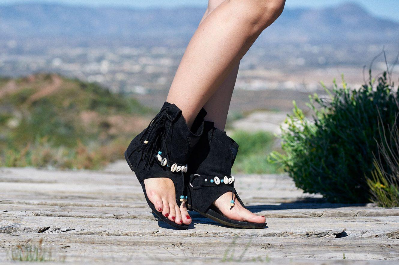 Sandalias boho chic negras con caracolas y flecos