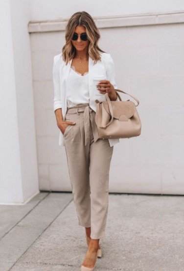 pantalones beige chaqueta blanca