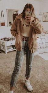 jeans con blusa corta y suéter de piel de oveja