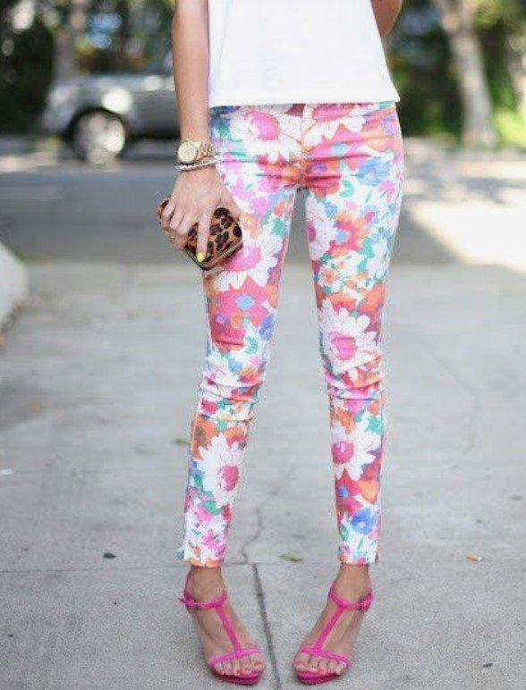 sandalias de pantalones ajustados con flores brillantes