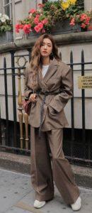 traje de mujer marrón