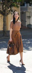 traje elegante en marrón