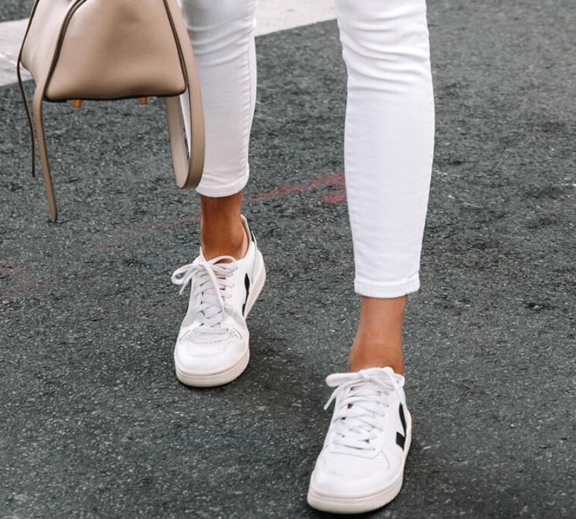 zapatillas blancas con pantalones blancos