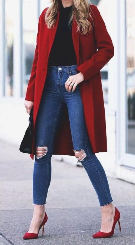 ropa de invierno con jeans y abrigo.