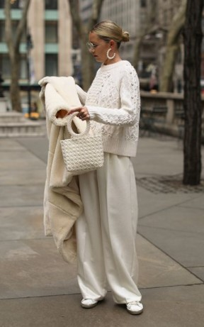 pantalones blancos abrigo blanco invierno traje blanco