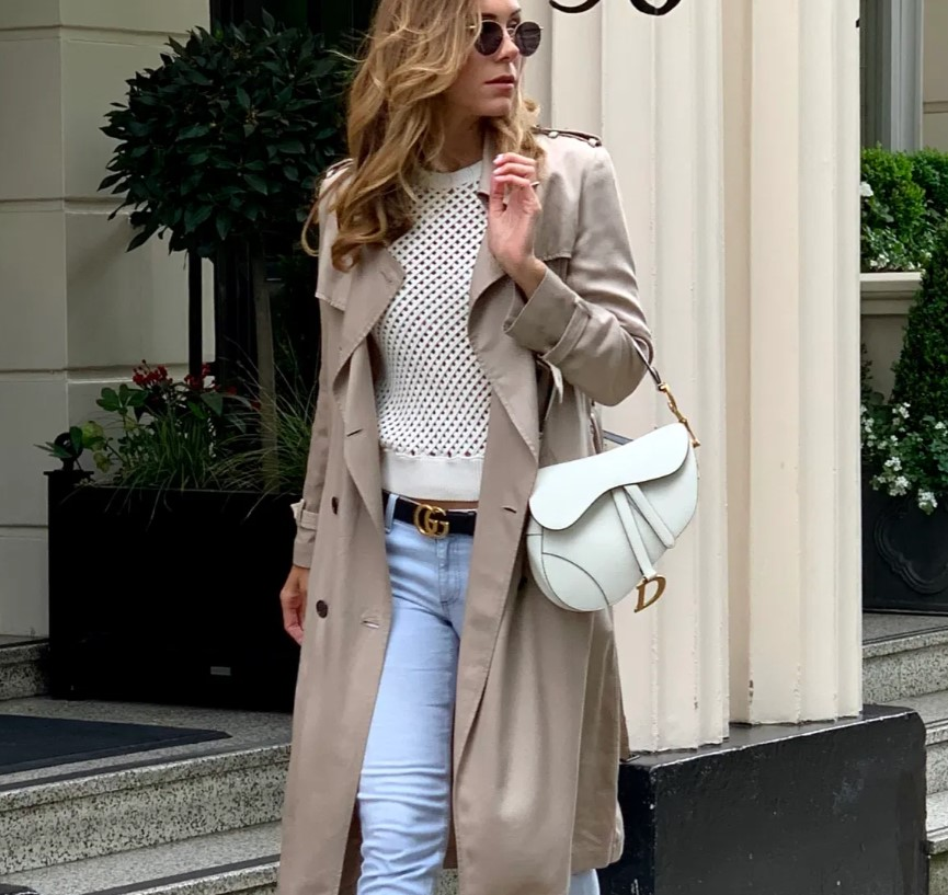 gabardina larga beige con jeans, armario de primavera