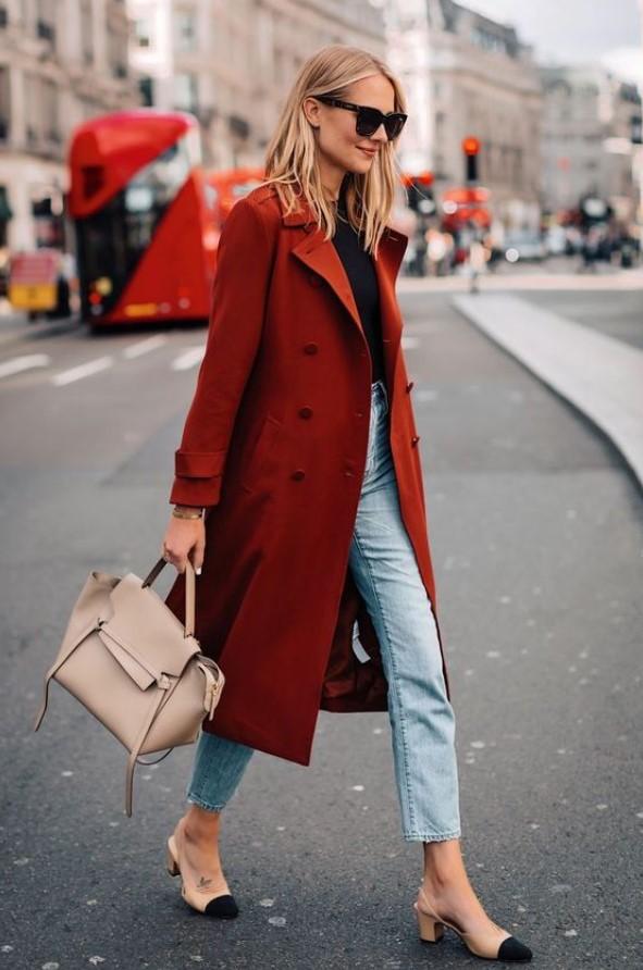 atuendo simple con abrigo de mujer