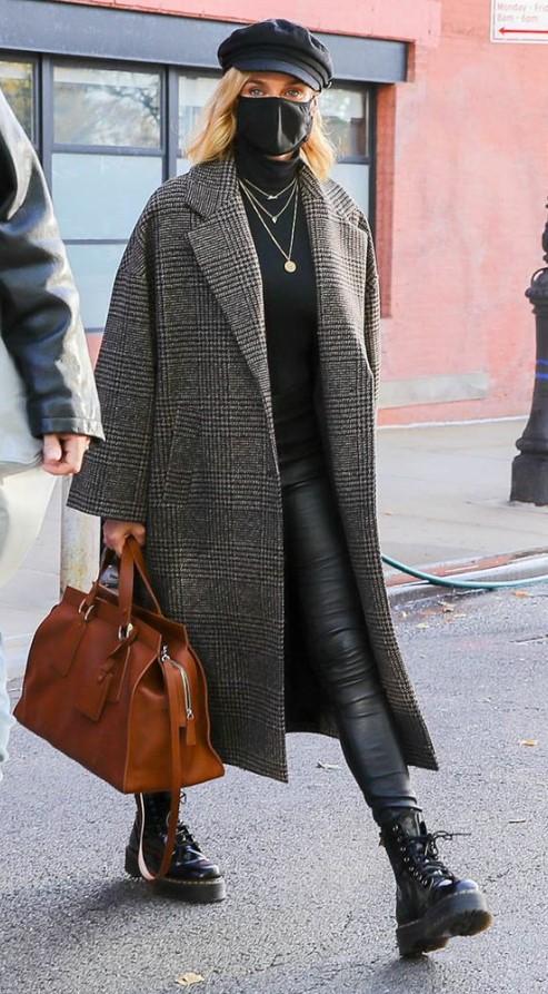 abrigo oversize con leggings