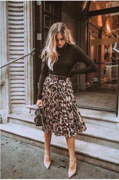 falda plisada con suéter