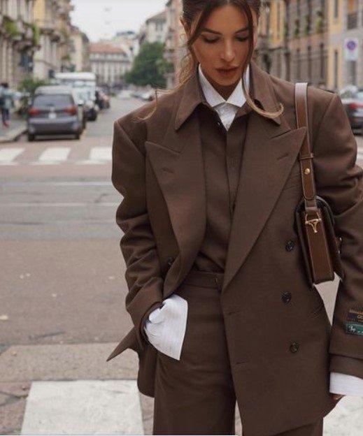 traje marrón con camisa blanca