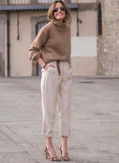 suéter a través de pantalones de oficina