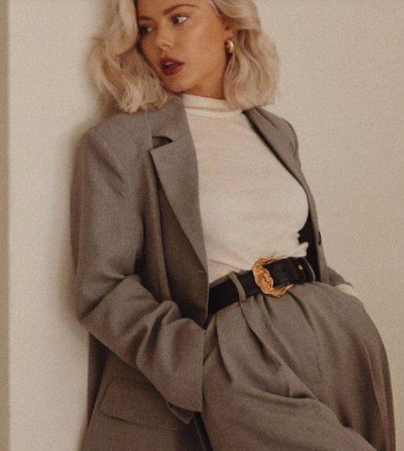 traje de mujer gris con blusa blanca