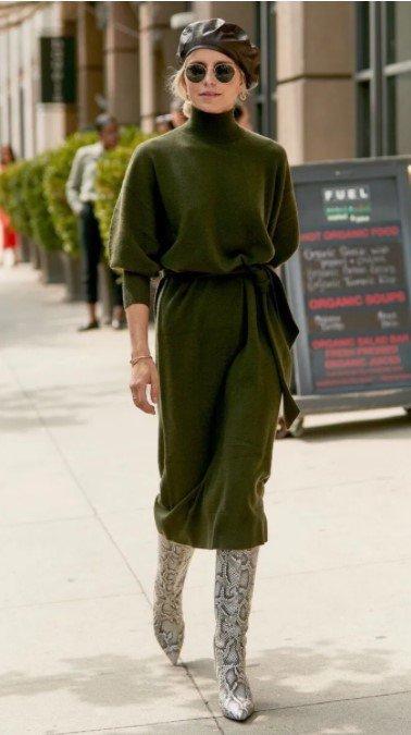 vestido de punto con cinturón en la cintura y botas