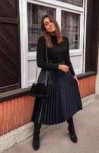 falda plisada y sudadera