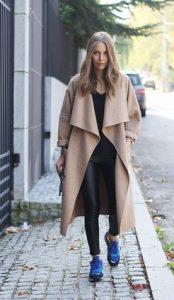 pantalones de cuero y abrigo