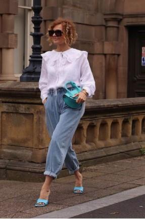mujer en jeans y sandalias