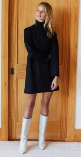 vestido negro con botas blancas
