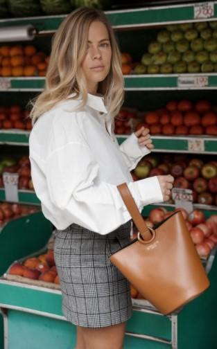 camisa blanca con minifalda a cuadros