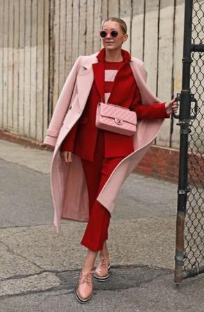 traje rojo abrigo rosa combinaciones de colores ropa cara
