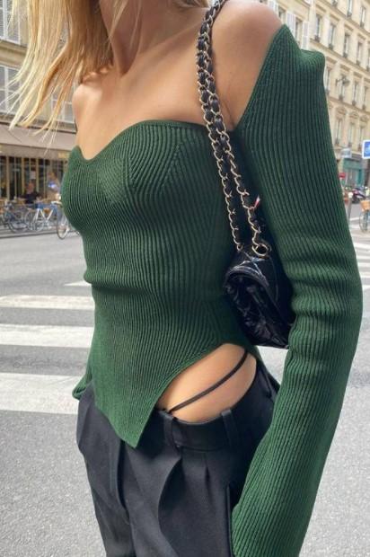 pantalones negros suéter verde de encaje