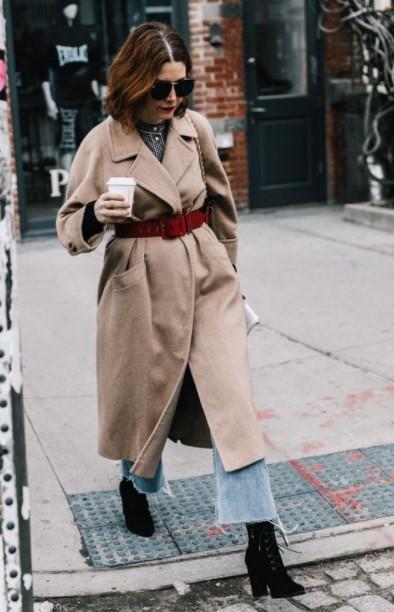 abrigo con cinturón beige burdeos