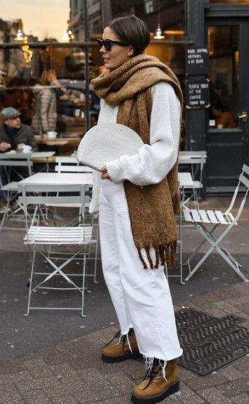 traje blanco bufanda beige