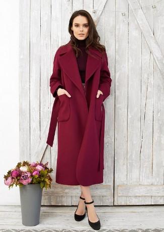 abrigo con cinturón burdeos