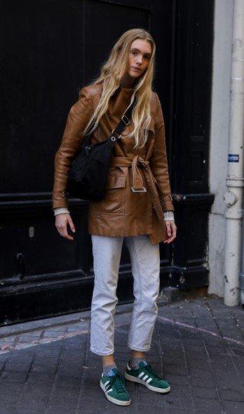 chaqueta con cinturón de cuero marrón