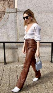 vestido con pantalones marrones