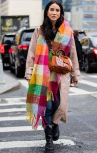 vestido con bufanda de colores