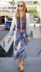 vestido con vestido y bufanda