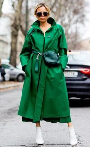 abrigo verde botas blancas