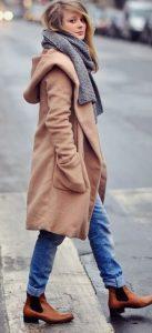 bota marrón y abrigo de cabra montés