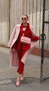 vestido de rojo y rosa