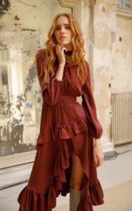 vestido con volantes zini burdeos invierno 2021