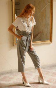 camiseta gris con pantalón de cintura alta