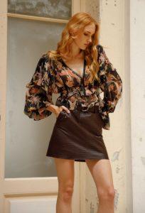 falda de cuero marrón blusa estampada
