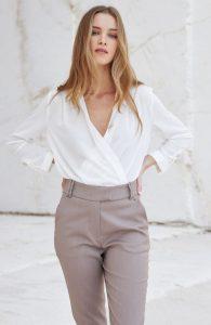 chino pantalón beige camisa blanca