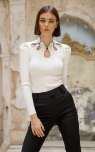 blusa de punto blanca pantalones negros