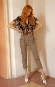 blusa estampada pantalones a cuadros marrones