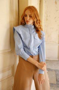 camisa celeste pantalón beige zini invierno 2021