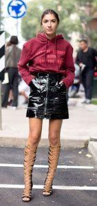 vestido con falda de vinilo y sudadera
