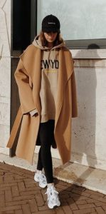 vestido con abrigo beige