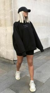 vestido con sudadera negra
