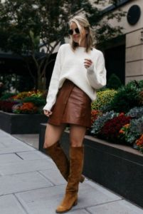minifalda marrón blusa blanca