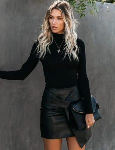 mini falda de cuero blusa negra faldas no deben faltar